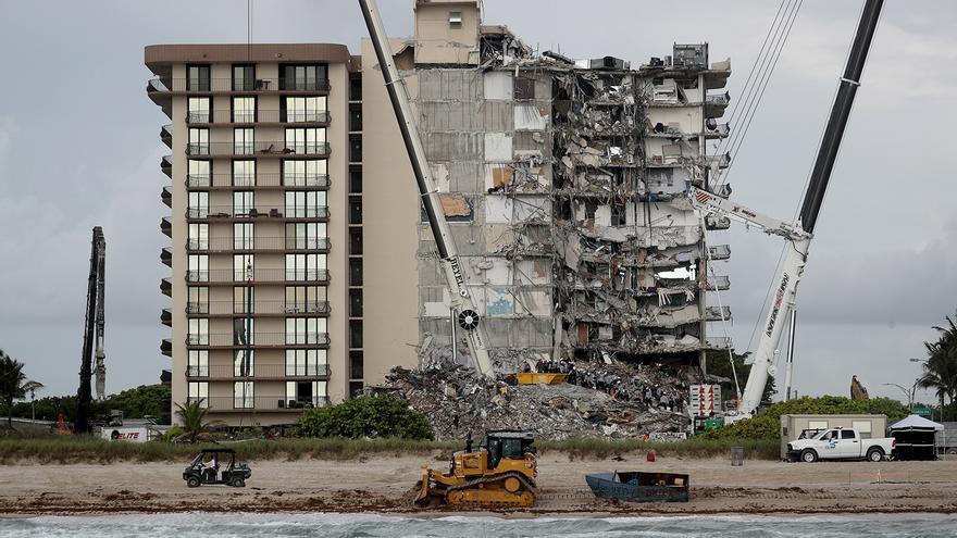 Derrumban con una explosión controlada los restos del edificio colapsado en Miami