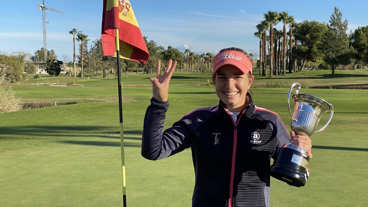 Luna Sobrón posa con su tercer trofeo de campeona de España profesional de golf.