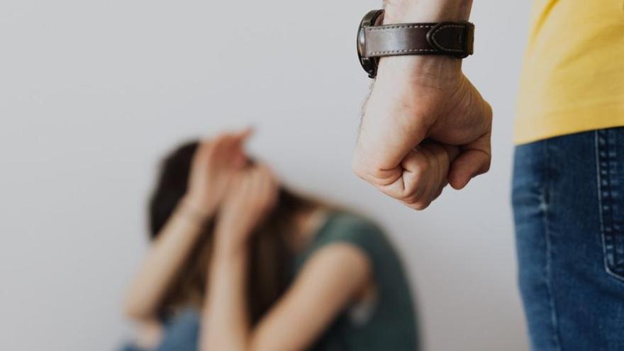 Detenido tras intentar romper a martillazos la puerta de la vivienda de su expareja en Vigo