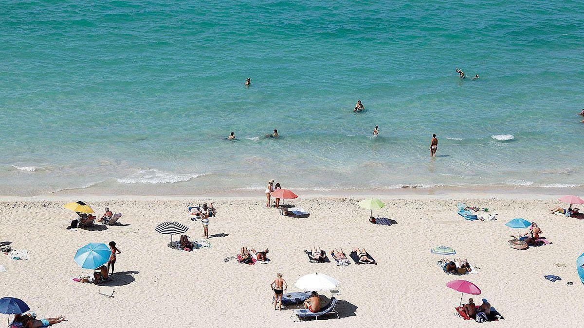 So viel Abstand gibt es derzeit zwar nicht überall am Strand, aber sicherer Urlaub ist trotzdem auf Mallorca problemlos möglich.