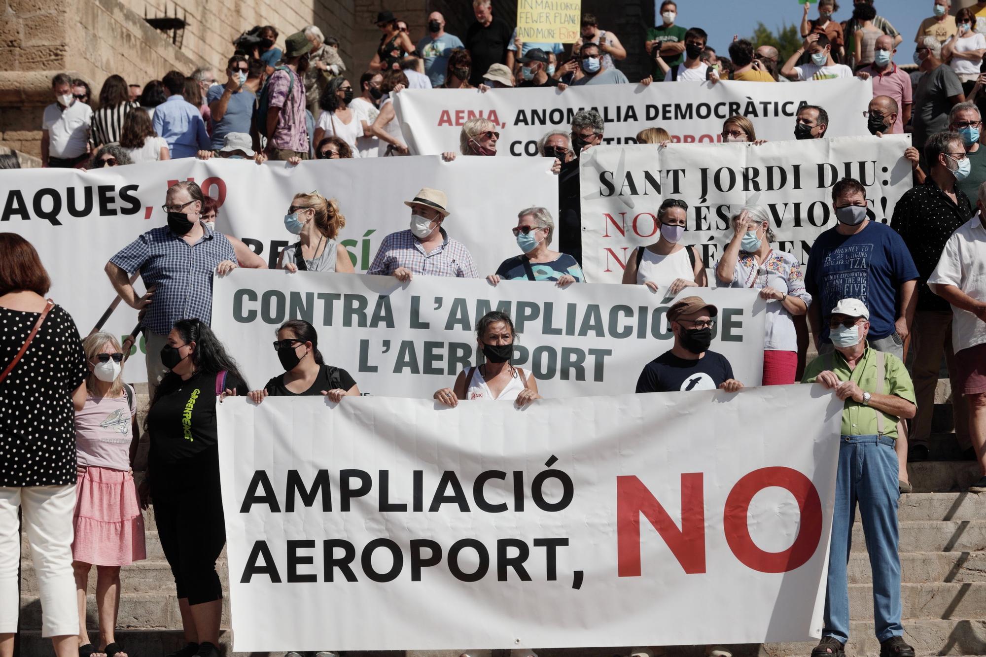 Medio millar de personas exigen que Govern, Consell y Cort rechacen la ampliación del aeropuerto