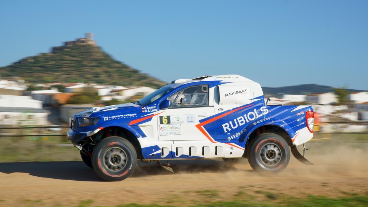 Uno de los vehículos participantes en una edición anterior de la Baja TT Dehesa de Extremadura.
