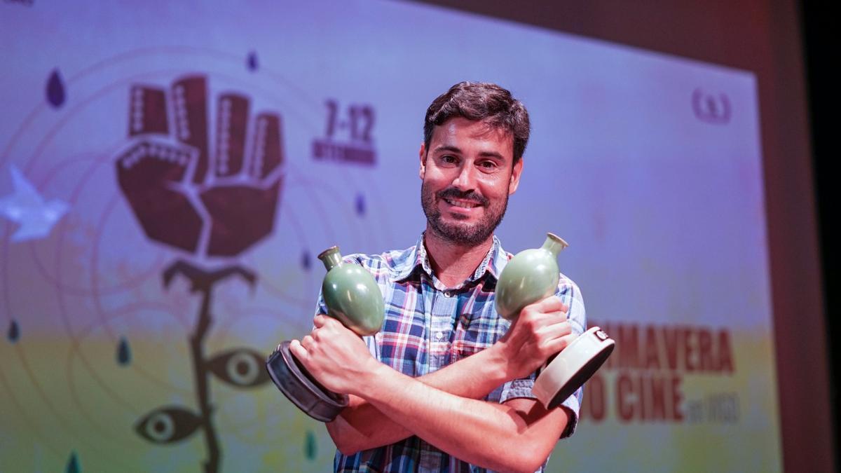 Carlos Prado con los dos premios