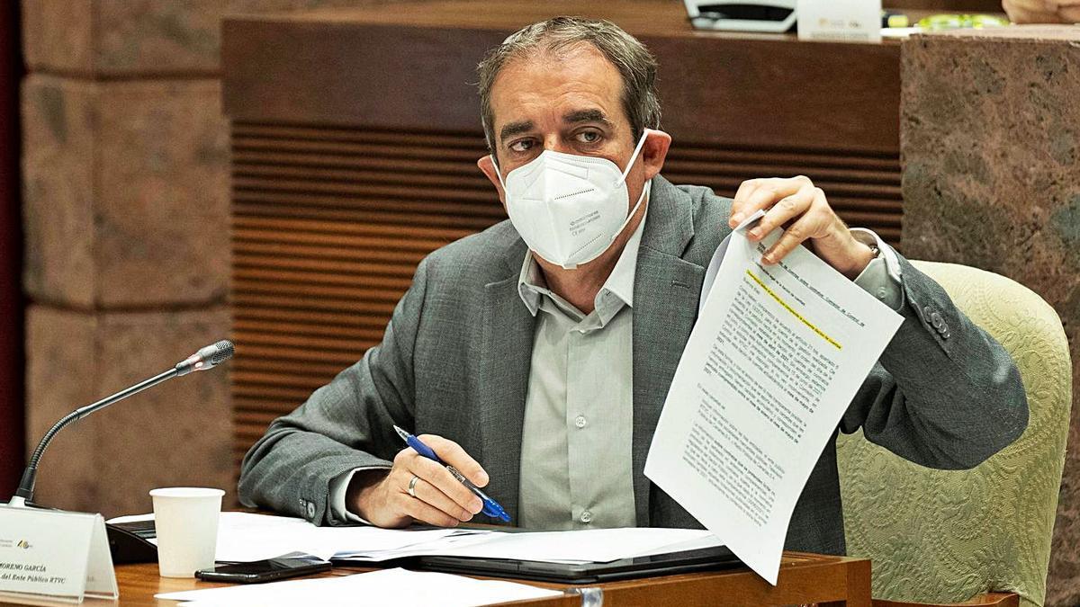 Francisco Moreno, ayer en la comisión parlamentaria de control del ente público de la Radiotelevisión Canaria.     EFE