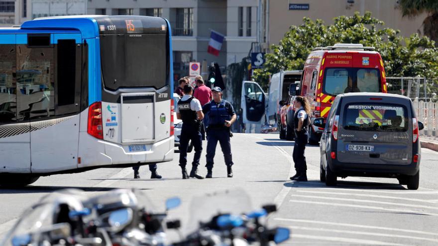 Un conductor arrolla dos paradas de autobús en Marsella