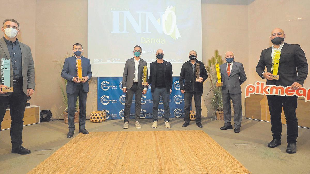 Foto de familia de los galardonados en los Premios Empresariales InnoBankia, ayer en el anfiteatro del Club Diario de Mallorca.