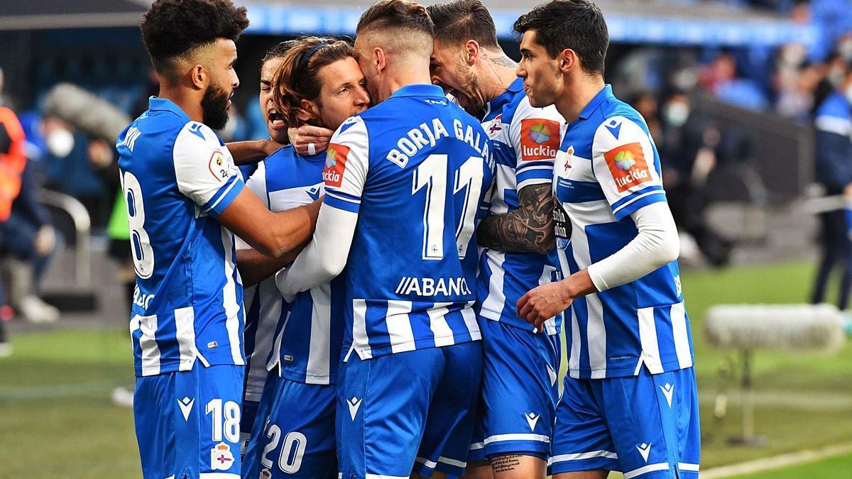 Los jugadores deportivistas celebran el gol de Keko ante el Pontevedra en Riazor. |  // VÍCTOR ECHAVE