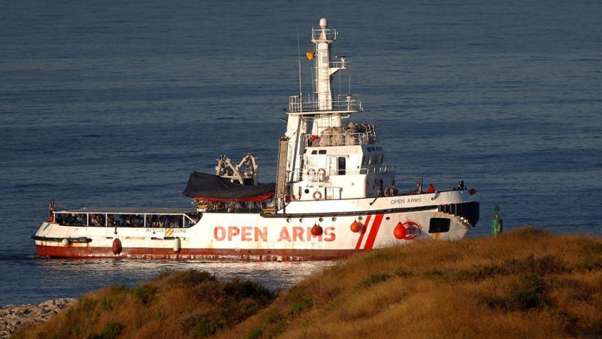 El vaixell «Open Arms» arriba a Algesires amb 87 immigrants