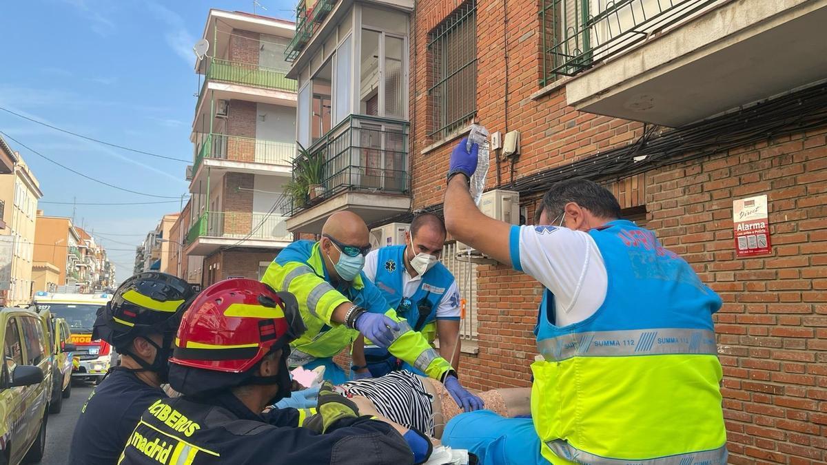 Cae desde la terraza de un segundo piso mientras regaba y salva la vida al chocar contra el techo de un coche en Madrid