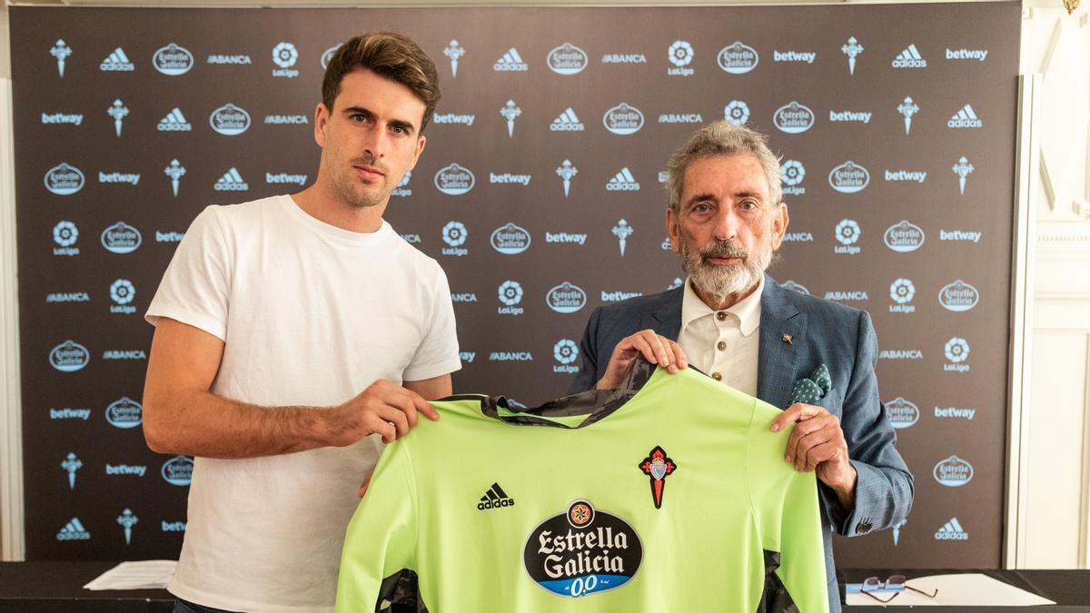 Iván Villar y Carlos Mouriño, tras la firma de su nuevo contrato