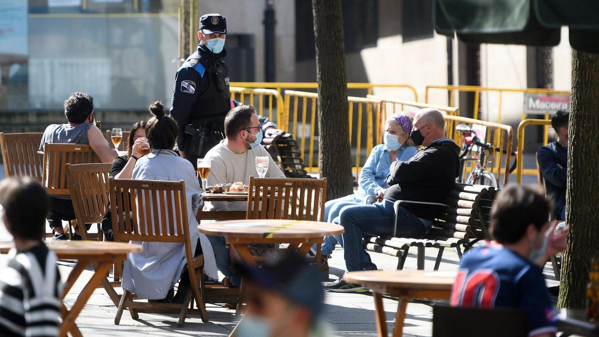 Un policía local vigila el aforo de las terrazas de A Verdura.
