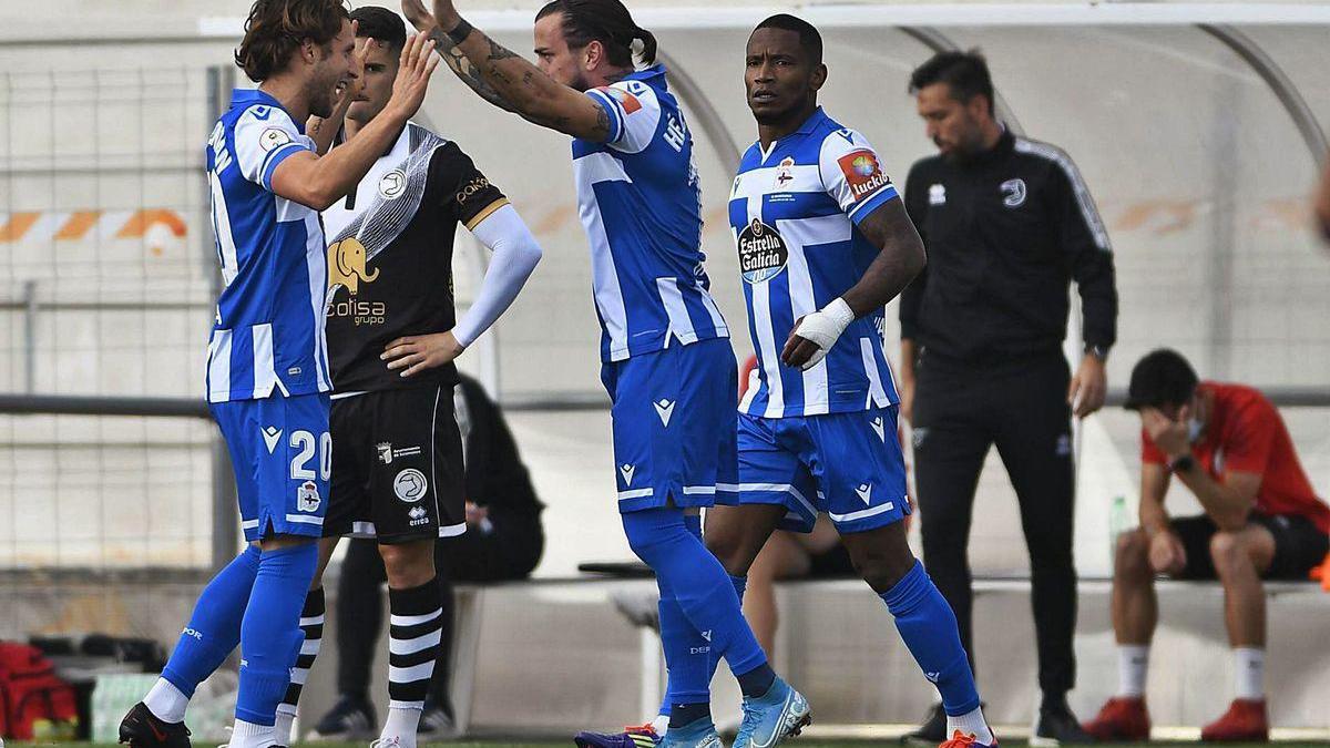 Los jugadores deportivistas celebran el gol de Héctor Hernández contra Unionistas.