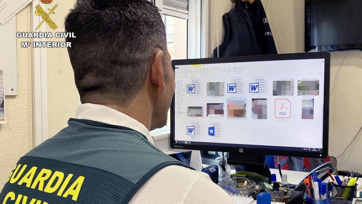 Imagen de un agente de la Guardia Civil durante la investigación desarrollada