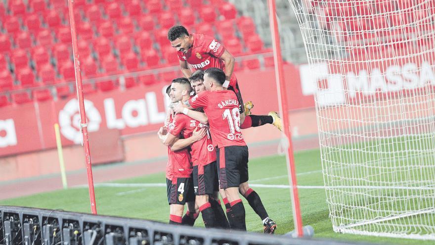 Los jugadores del Mallorca  forman una piña para  celebrar uno de los goles de Dani Rodríguez.