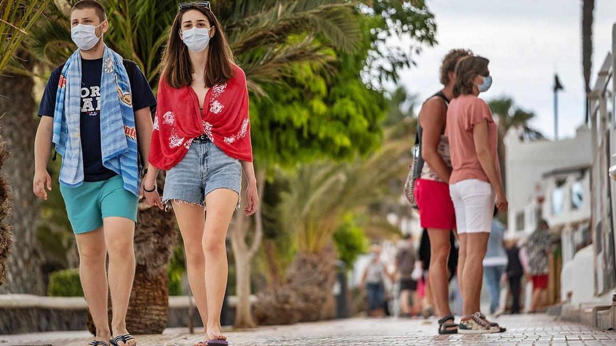 Gente paseando con mascarilla en Los Cristianos (Arona). | | ANDRÉS GUTIÉRREZ