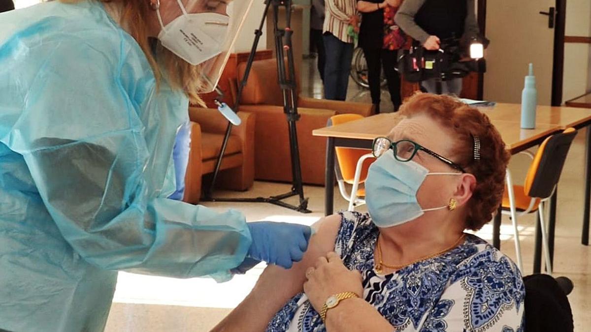 Patricia Gómez anunció el inicio de la vacunación de las personas más envejecidas.