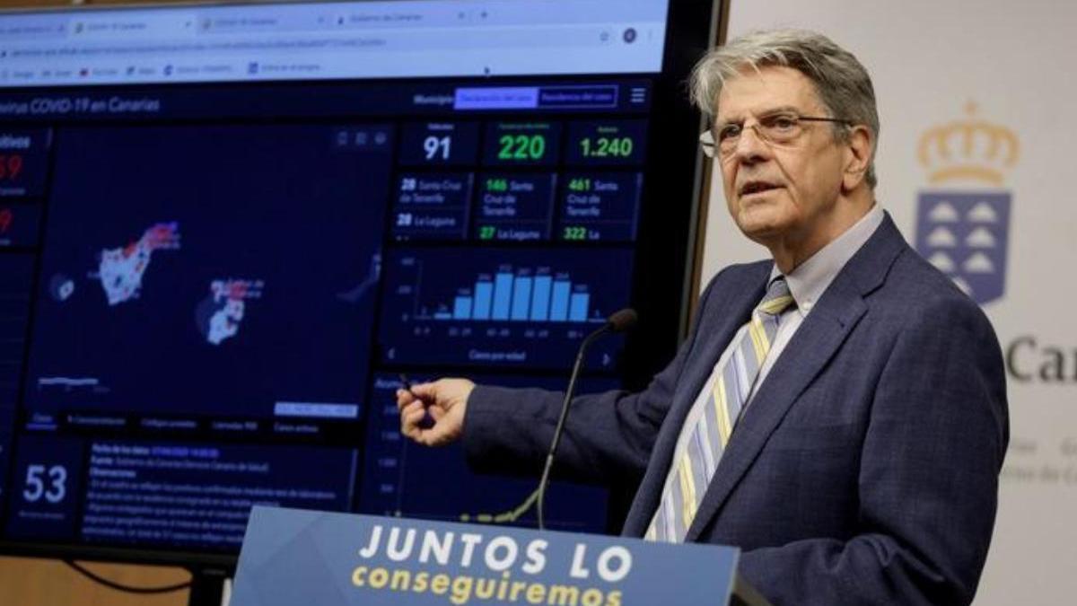 El consejero de Sanidad del Gobierno regional, Julio Pérez, durante la rueda de prensa que ofreció este martes en Santa Cruz de Tenerife para presentar la aplicación de monitoreo del Covid-19 en Canarias.