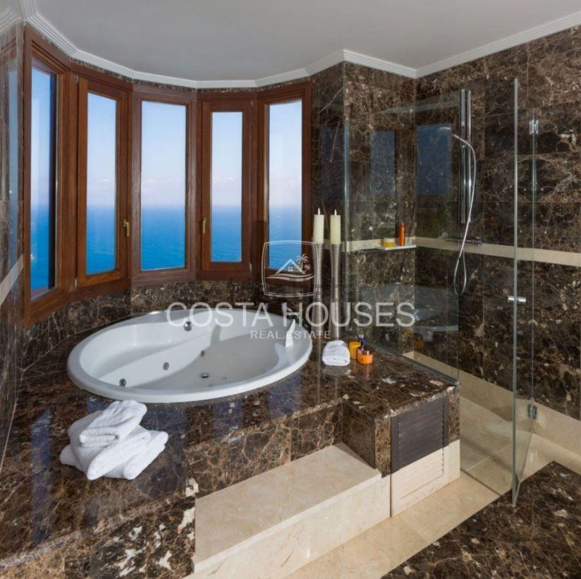 Bañarse con vistas al Mediterráneo es posible en esta villa a la venta por más de doce millones de euros.