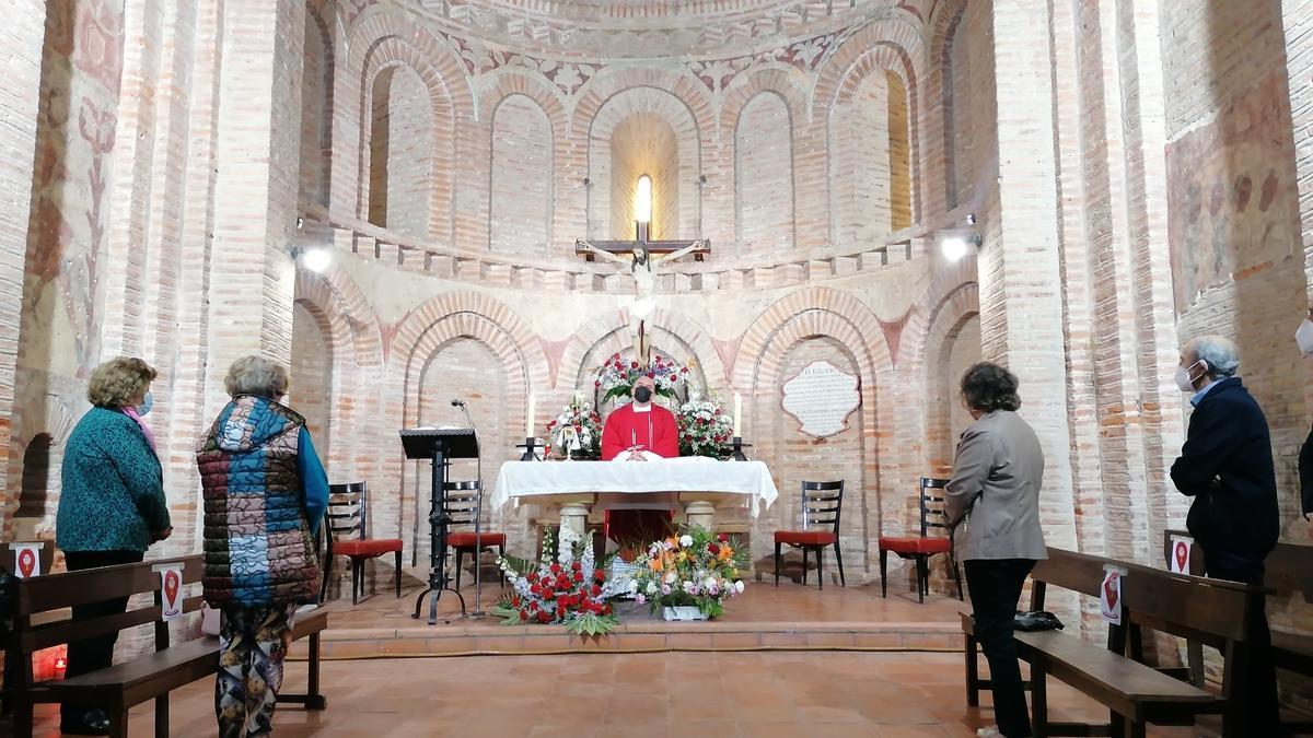 El párroco, Fernando Lorenzo, oficia una de las misas en la ermita del patrón