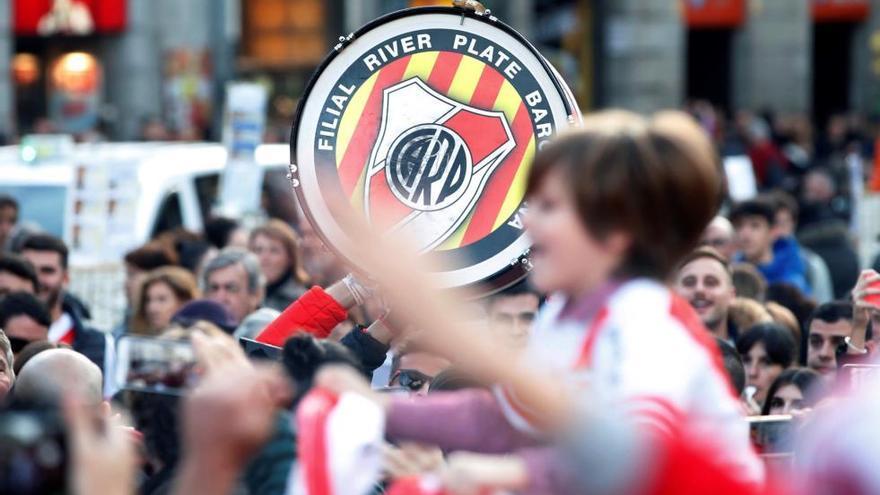 Los hinchas de Boca y River inundan diversos puntos de Madrid antes de la final