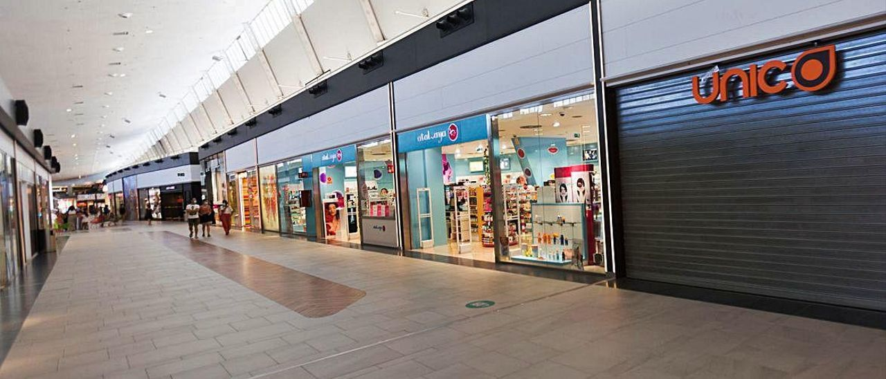 Imagen de una de las galerías del centro comercial El Saler, ayer por la tarde.