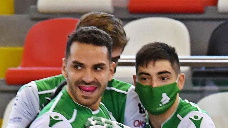Franco Platero celebra un gol con el banquillo del Liceo. |  // VÍCTOR ECHAVE