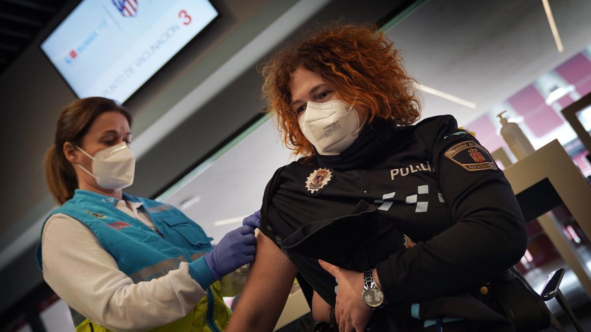 Una agente recibe la vacuna en Madrid.