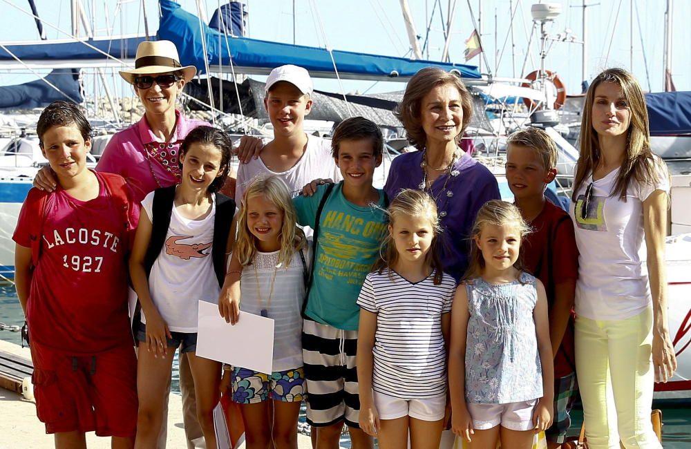 La reina Sofía con sus nietos, Doña Letizia y la infanta Elena