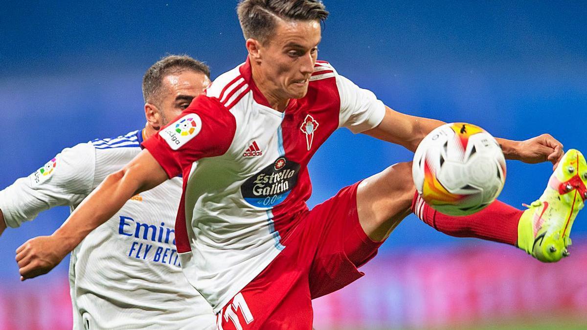 Franco Cervi intenta controlar el balón ante el acoso de Carvajal.    // LOF