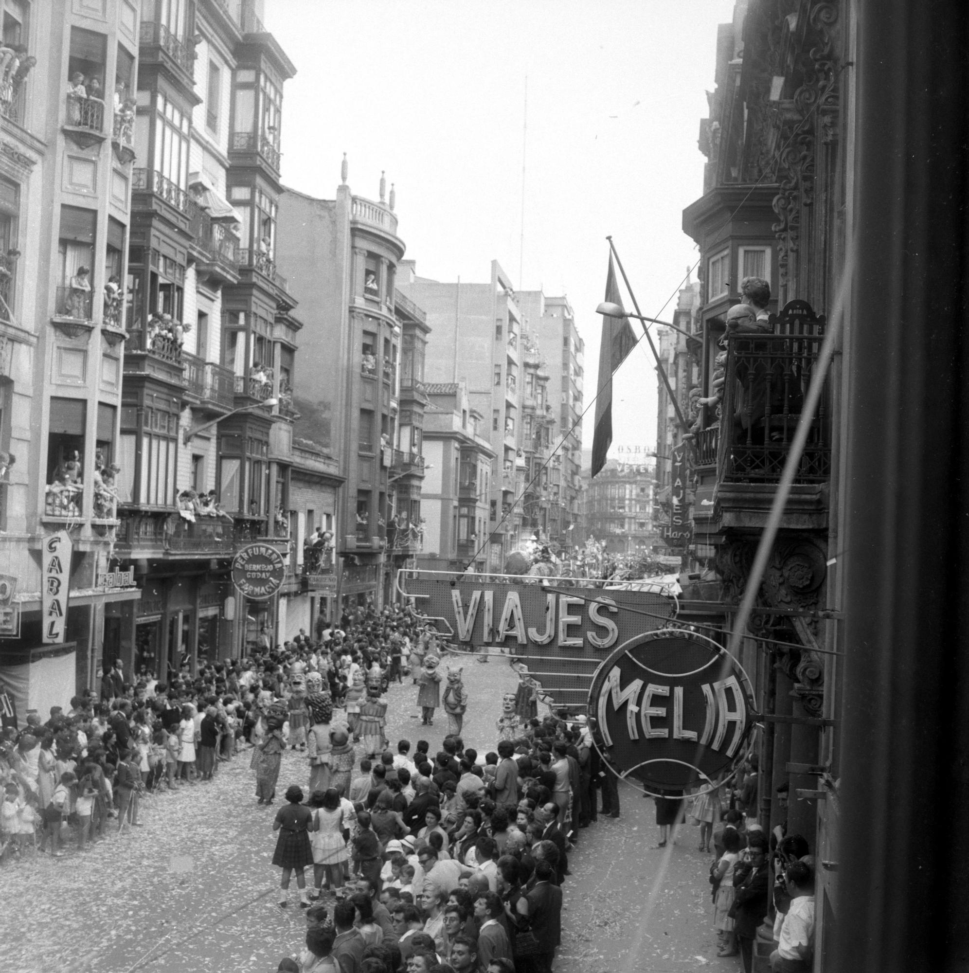 Justo del Castillo. Desfile del D�a de Asturias en la calle Corrida de Gij�n-Xix�n, h. 1965.jpg