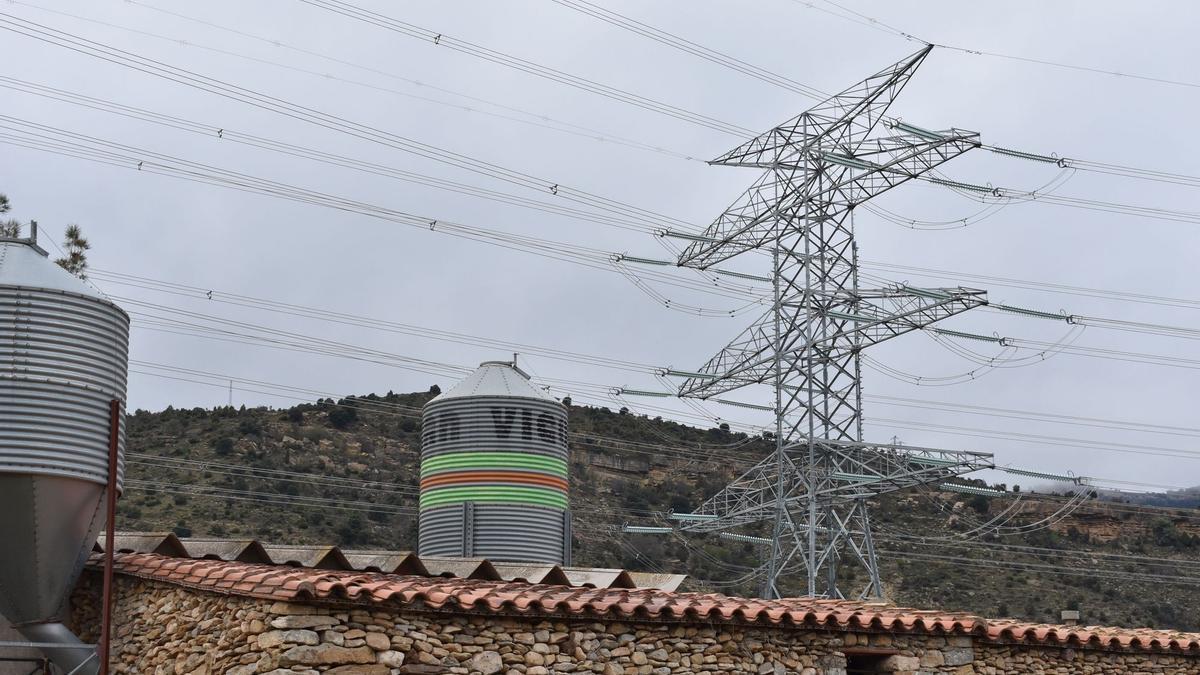 Imagen de una torre de alta tensión ubicada a escasos metros de la masía de Fraiximeno, en Morella.