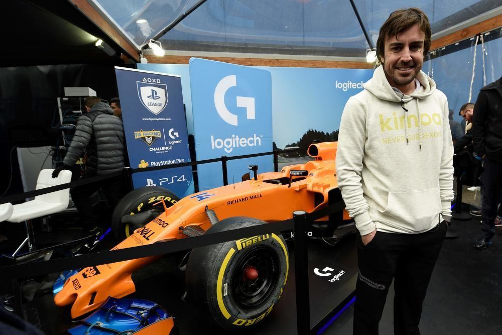 Fernando Alonso con su McLaren en el MWC.