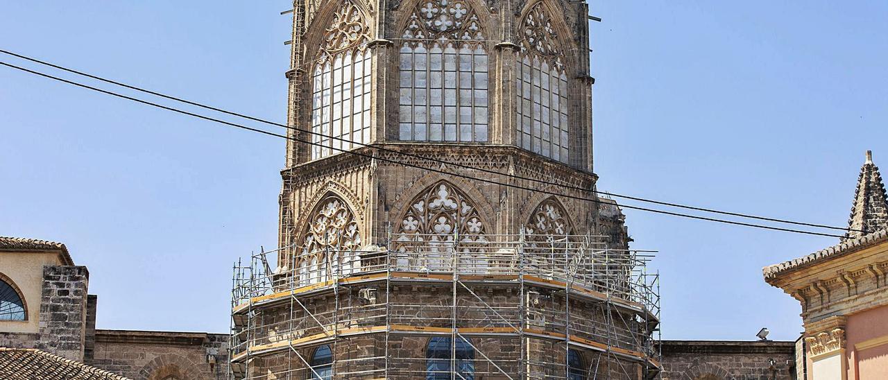 Trabajos de colocación del andamiaje exterior de la catedral visible desde la plaza de la Virgen y la Almoina. | GERMAN CABALLERO