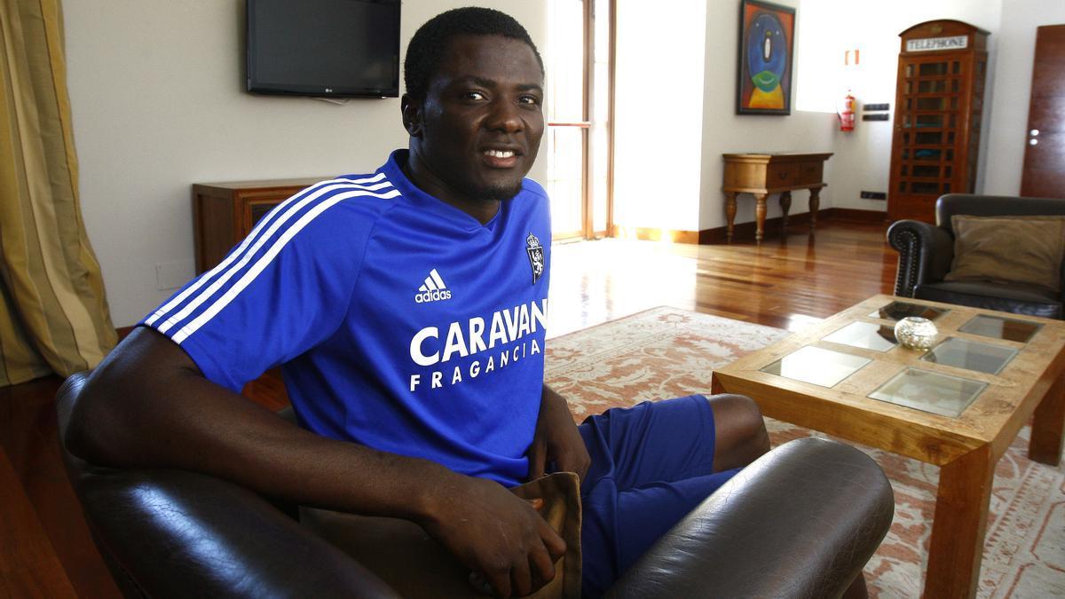 Bikoro, que se marcha cedido al Hércules, posa para una entrevista en una concentración del Real Zaragoza.