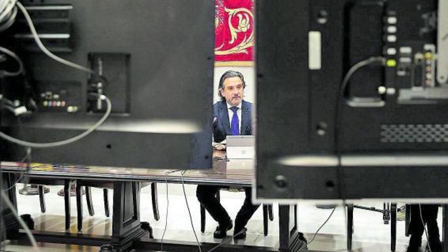 Montero ignora la queja del Parlamento por violar el Estatuto