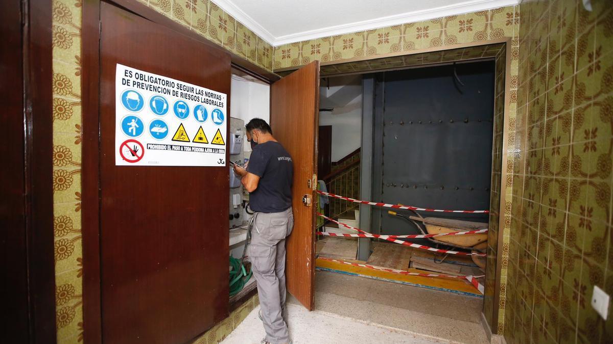 Instalación del ascensor en el número 6 de la calle Escultor Benlliure, del Santuario, en Córdoba.