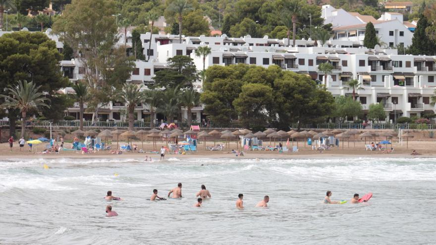 Reabren al baño la playa de Las Fuentes de Alcossebre tras un día cerrada por contaminación