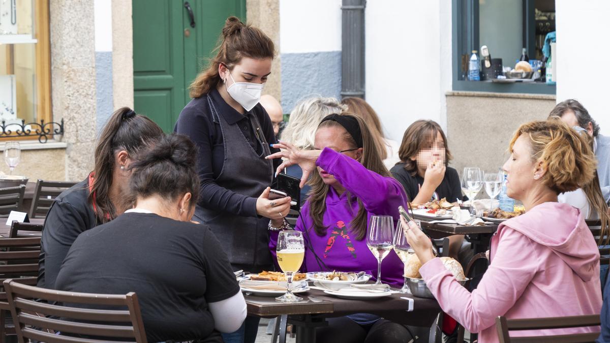 Varias personas en la terraza de un bar en Santiago de Compostela.