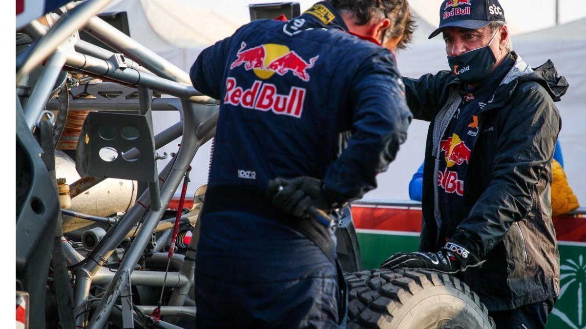 Sainz se despide de ganar el Dakar tras dos pinchazos