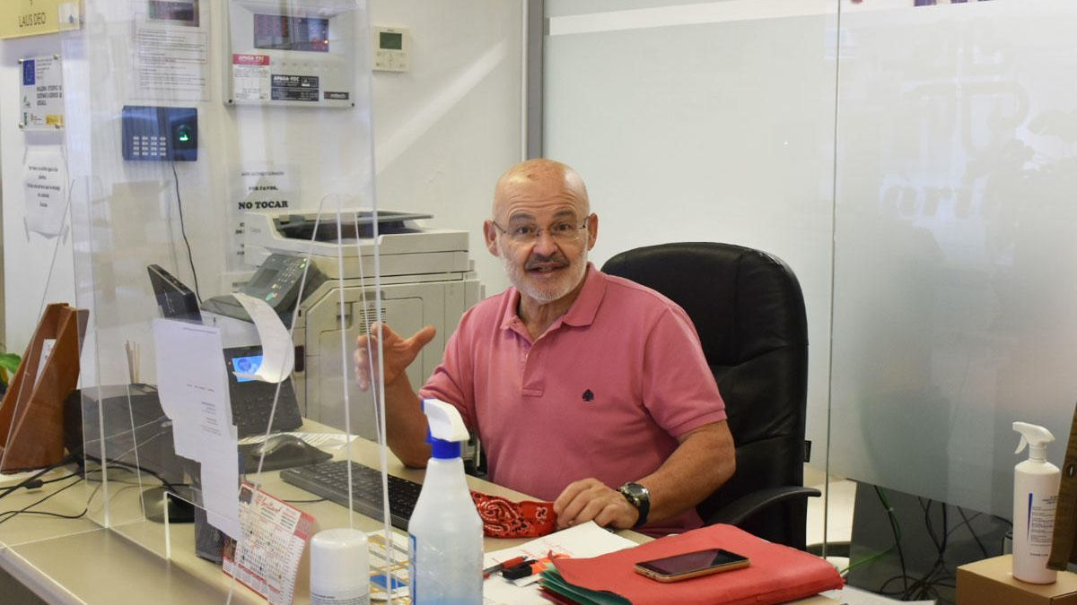 José Juan Cardona, en su puesto de trabajo en las oficinas de Cáritas.