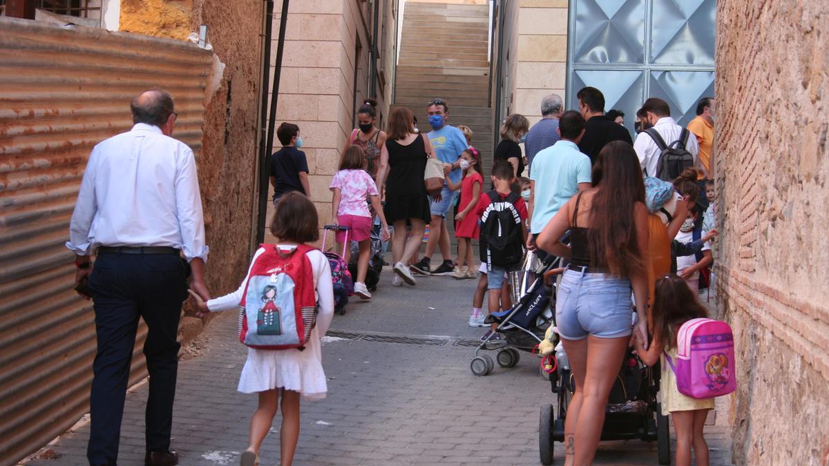 Alumnos de las Mercedarias a las puertas de su colegio.