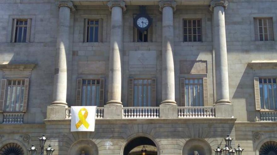 El Ayuntamiento de Barcelona vuelve a colgar el lazo amarillo