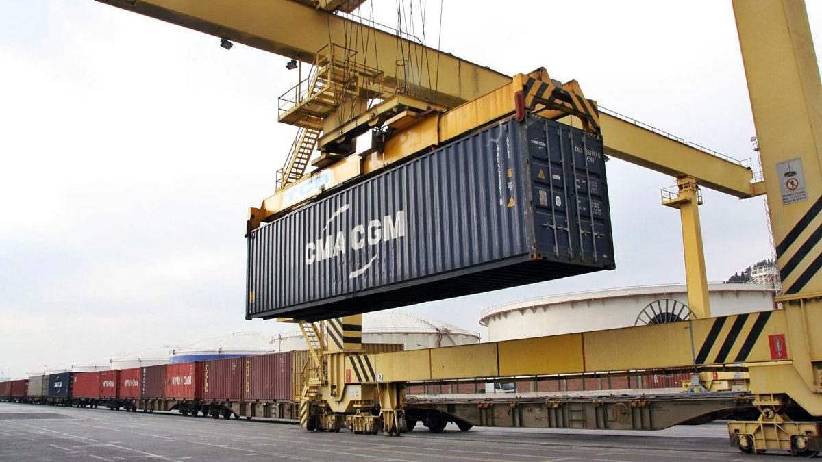 Càrrega de contenidors de mercaderies en un tren al port de Barcelona.