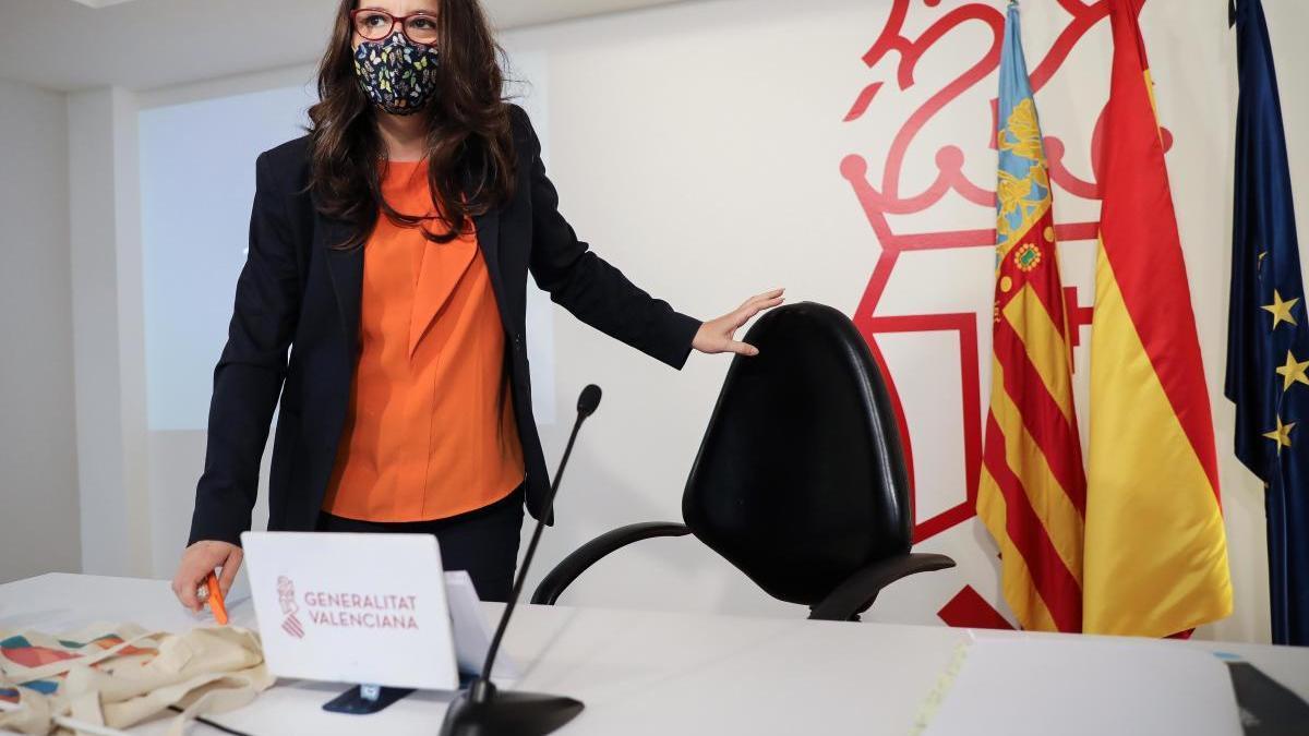 La vicepresidenta y Portavoz del Gobierno valenciano, Mónica Oltra, momentos antes de iniciar la rueda de prensa posterior al Pleno del Consell de este viernes.