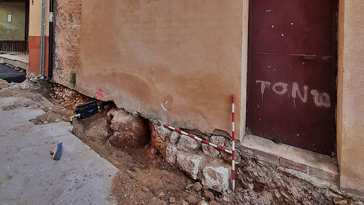 Restos de la cimentación de la antigua Puerta de Morales en el segundo recinto amurallado.   Cedida