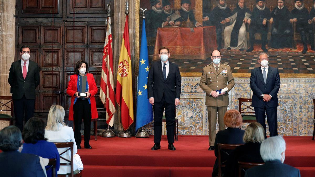 (De izquieda a derecha) El presidente de la CEOE, la Ministra de Defensa, el president de la Generalitat, el teniente general de la UME, y el presidente de la Fundación Manuel Broseta