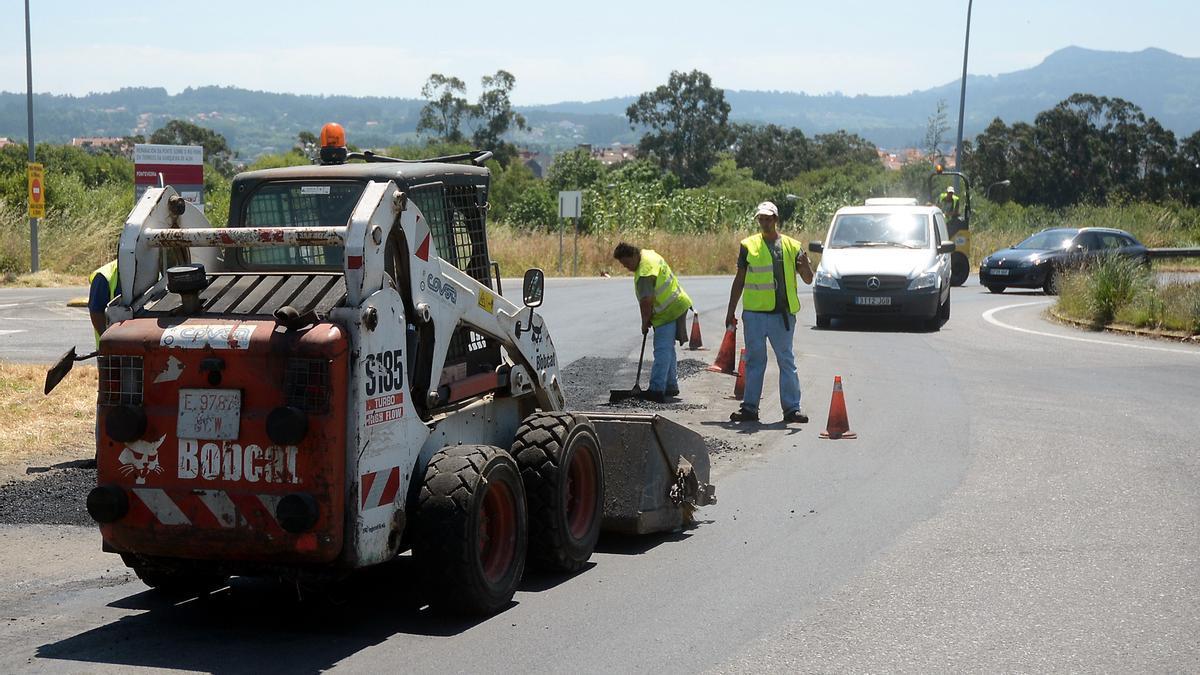 Operarios asfaltando una carretera en la comarca.