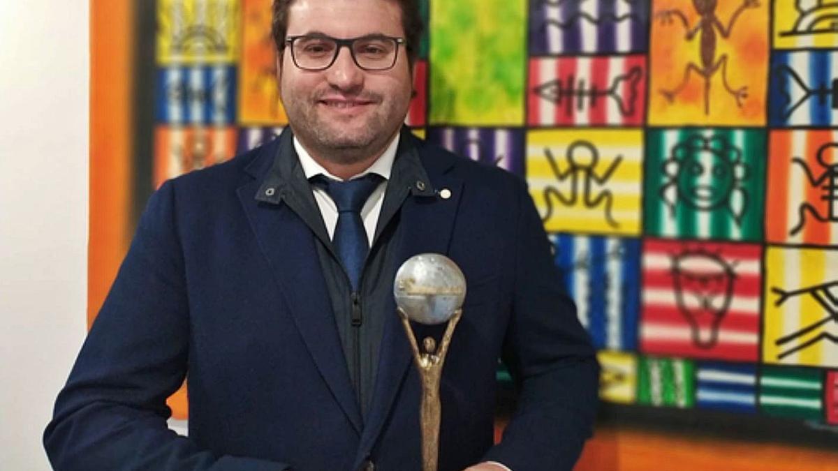 """Salustiano Torre, de Villabrázaro, con el reconocimiento otorgado en los premios """"El Suplemento"""" por el proyecto europeo que coordina."""