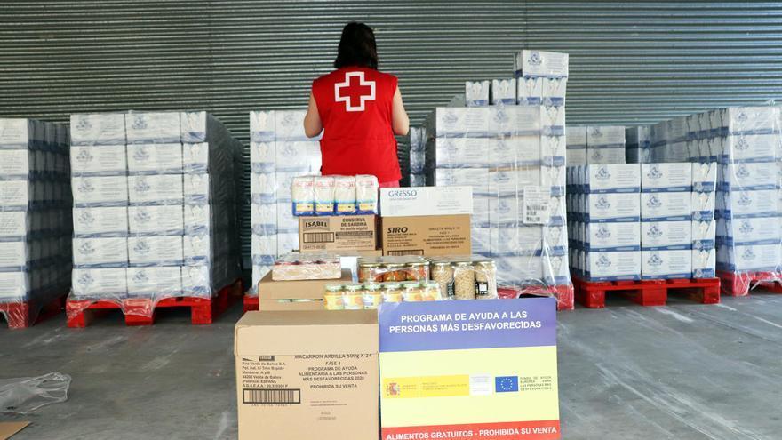 Una trabajadora de Cruz Roja, en el almacén.