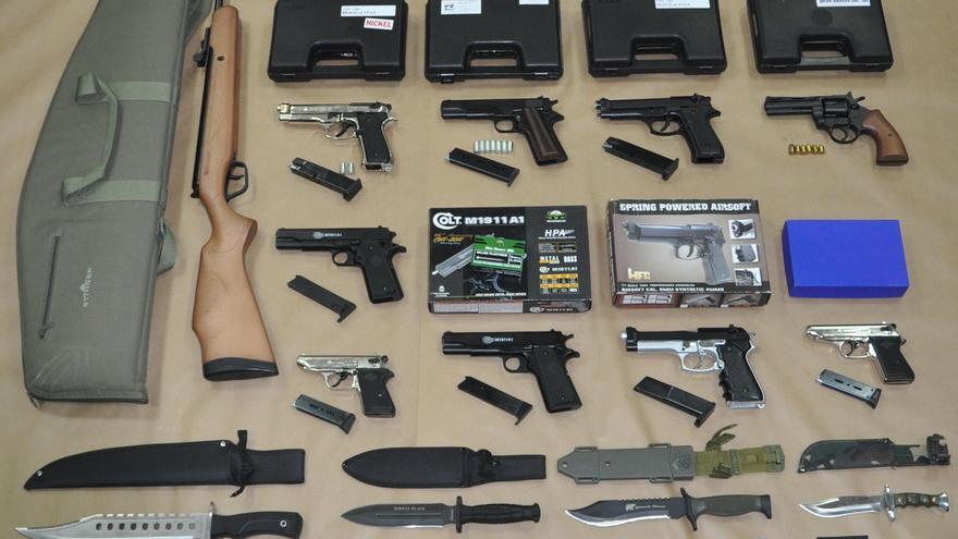 Armas de fuego simuladas, munición y una placa de seguridad privada que encontraron en la vivienda del detenido
